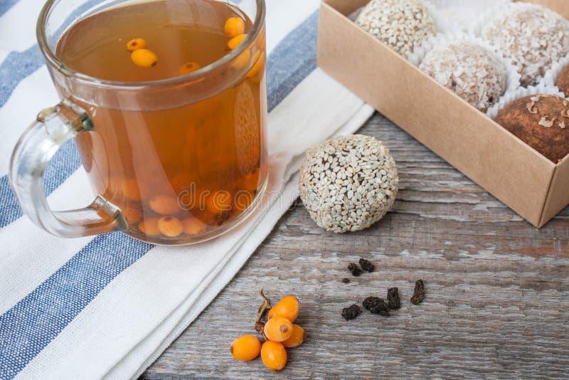 Здоровый салат в шаре оливки, известка, нуты, тофу паприки, огурец и tahini стоковое фото