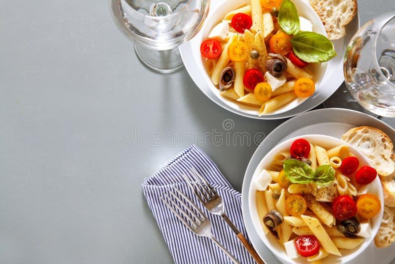 Здоровый салат макаронных изделий света лета с свежей стоковое изображение rf