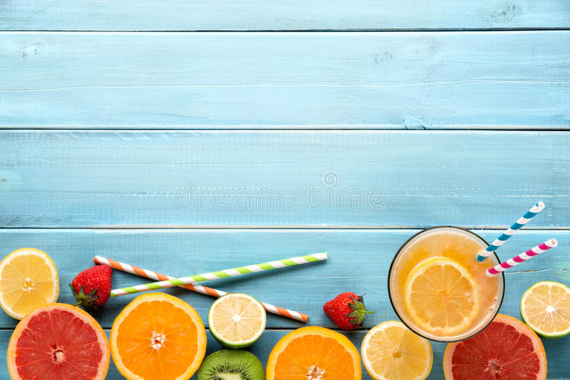 Здоровый сок и свежие фрукты стоковые фотографии rf