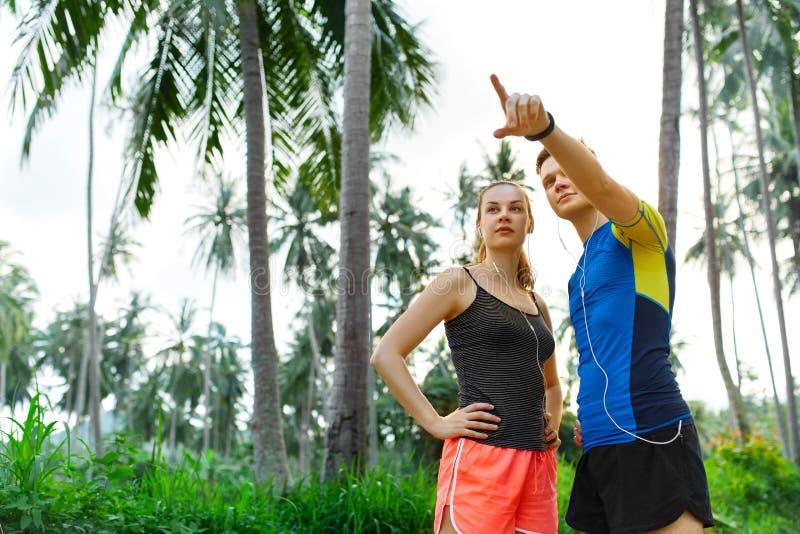 Здоровый уклад жизни Пары бегуна подготавливая Jog Фитнес и s стоковая фотография