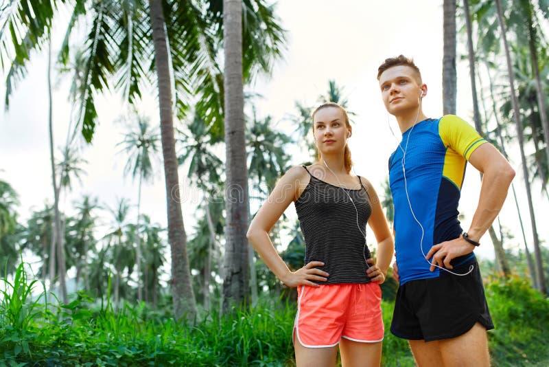 Здоровый уклад жизни Пары бегуна подготавливая Jog Фитнес и s стоковое фото