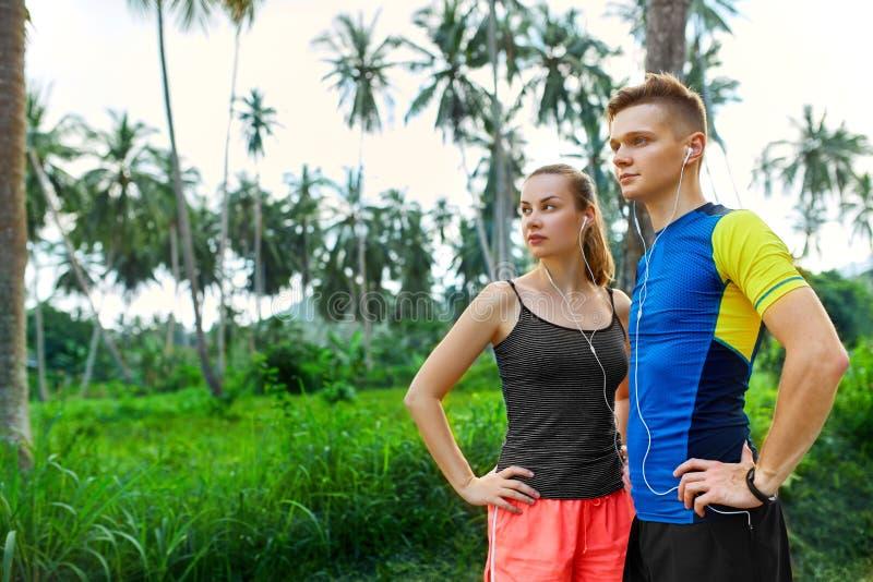 Здоровый уклад жизни Пары бегуна подготавливая Jog Фитнес и s стоковая фотография rf