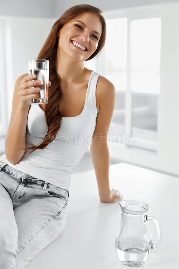 Здоровый уклад жизни стеклянная женщина воды еда здоровая Di стоковая фотография rf