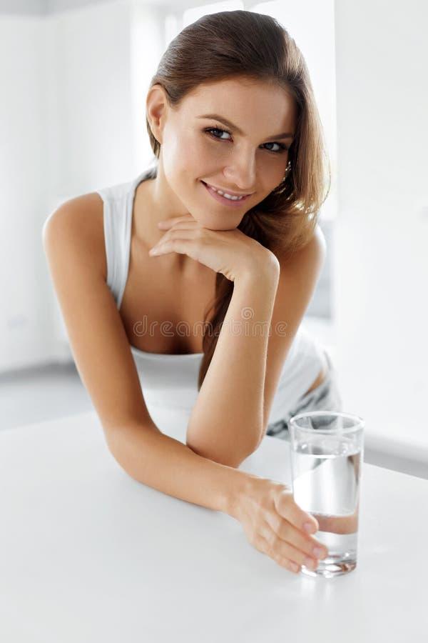 Здоровый уклад жизни Счастливая женщина с стеклом воды пить излечите стоковая фотография rf