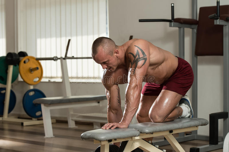 Здоровый человек делая задние тренировки с гантелью стоковое изображение
