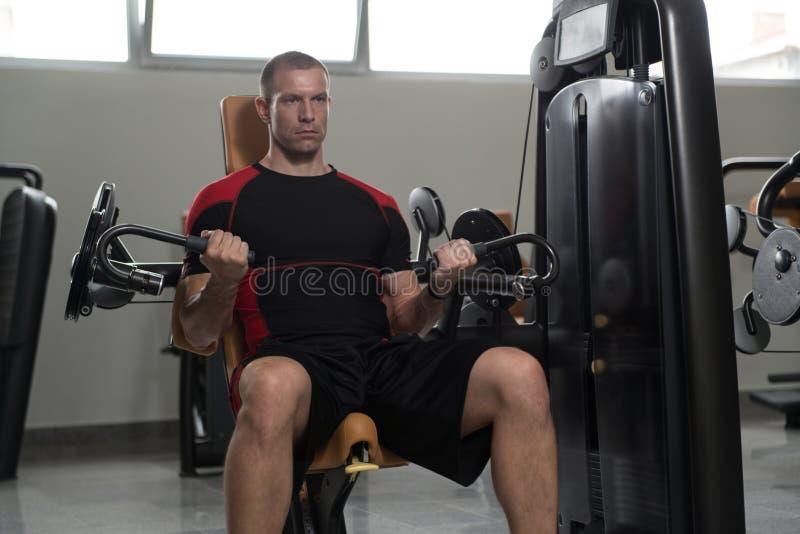 Здоровый человек делая тяжеловесную тренировку для бицепса стоковые фотографии rf