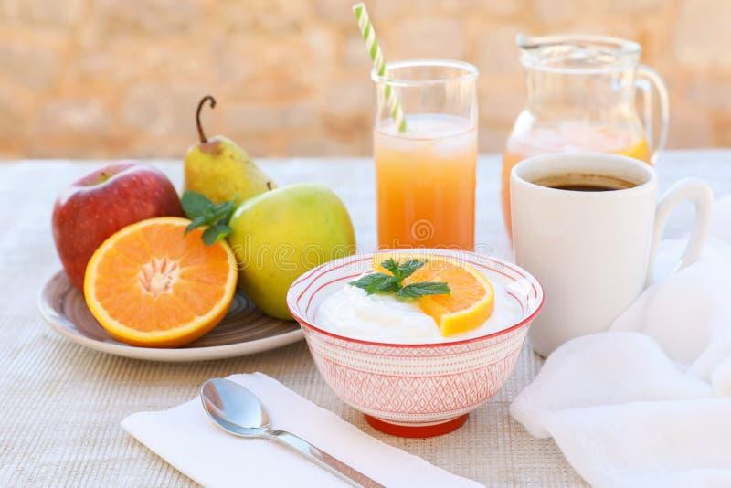 Здоровый югурт концепции завтрака, плодоовощи, свежий сок и кофе стоковые изображения