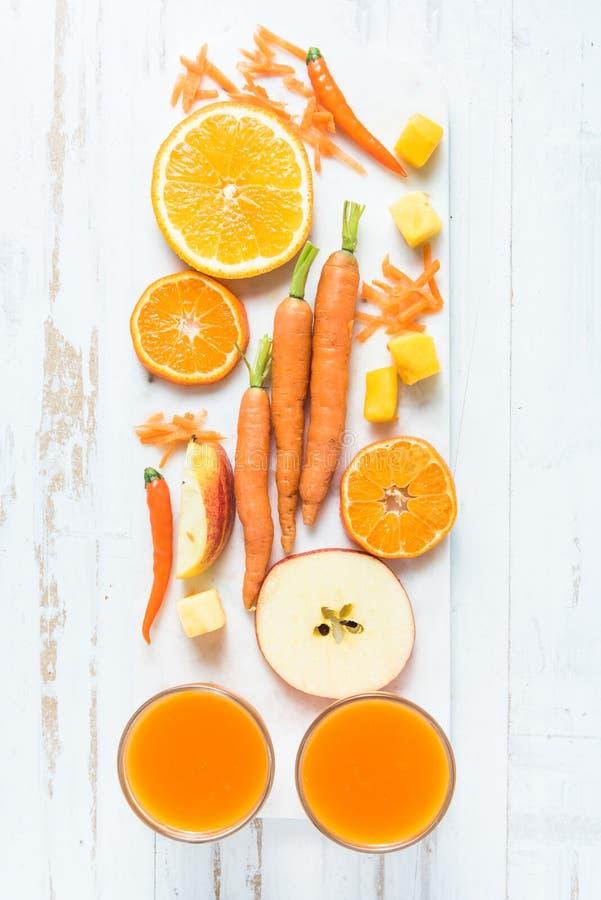Здоровый smoothie апельсина, моркови и яблока стоковое фото rf