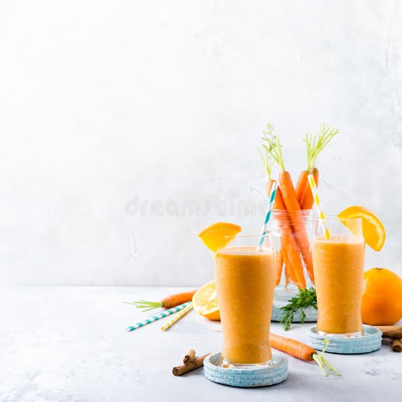 Здоровый smoothie моркови с апельсином и циннамоном в стекле стоковое фото rf