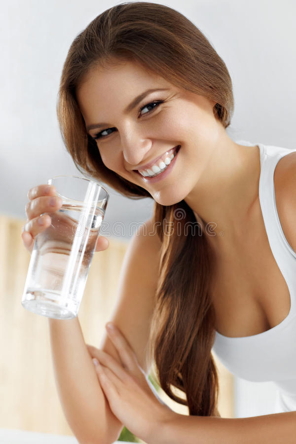 Здоровье, красота, концепция диеты выпивая счастливая женщина воды пить стоковое изображение rf