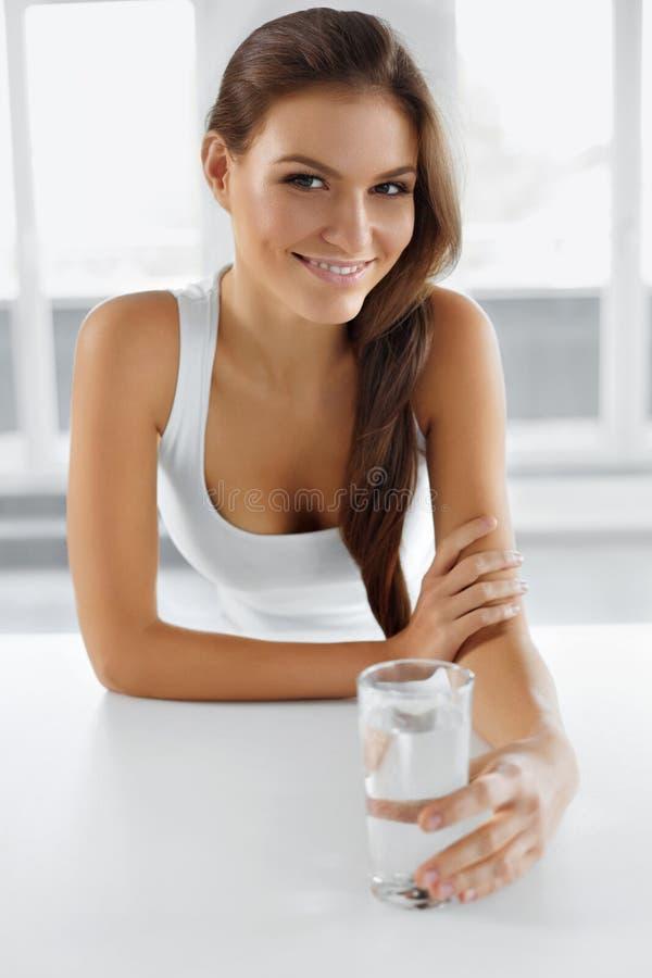 Здоровье, красота, концепция диеты выпивая счастливая женщина воды пить стоковое фото rf
