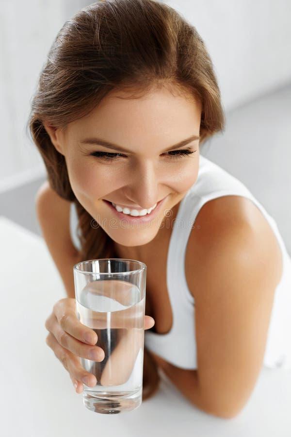 Здоровье, красота, концепция диеты 04 задействуя пить Wate стоковое изображение