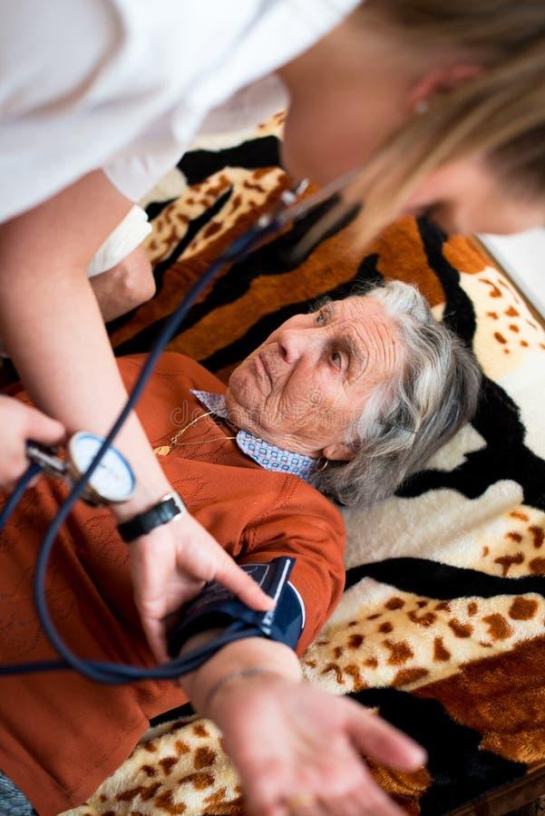 здоровье доктора внимательности крови предпосылки изолировало измеряя терпеливейшую белизну давления стоковые изображения rf