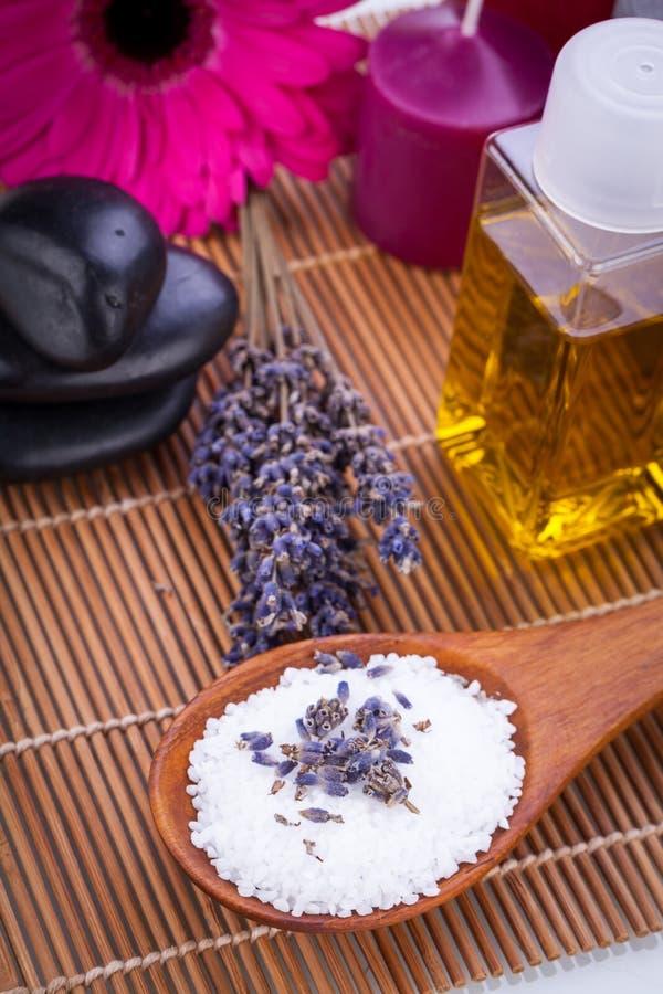 Здоровье терапией ароматности масла массажа лаванды и соли для принятия ванны стоковая фотография