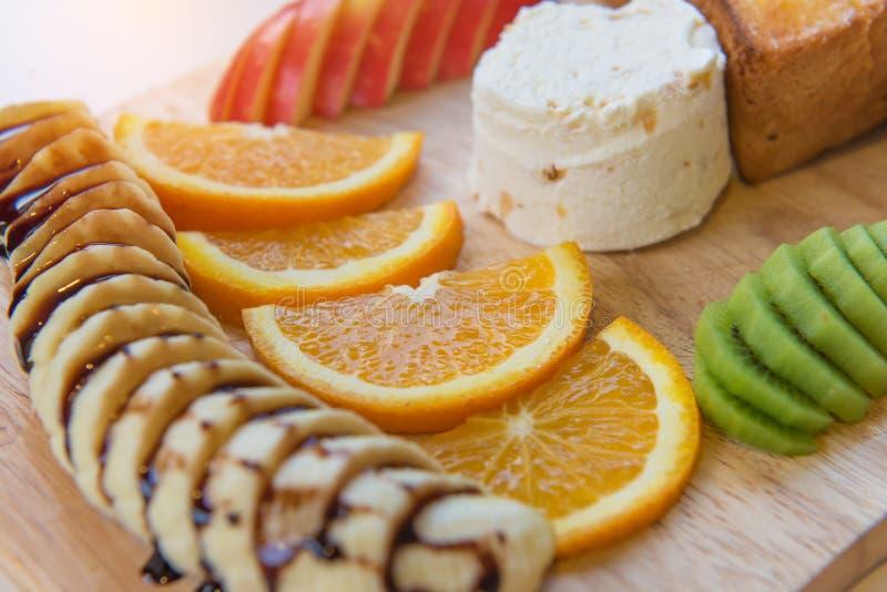 здравица и мороженое меда с смешанным плодоовощ на хлебе стоковые фото