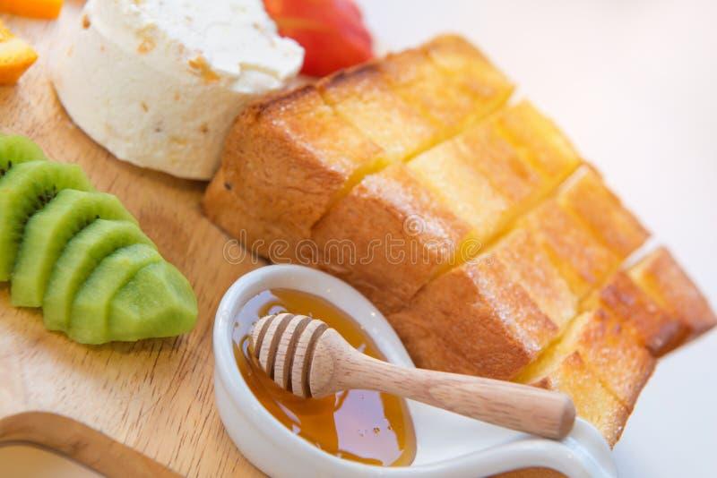 здравица и мороженое меда с смешанным плодоовощ на хлебе стоковое фото rf