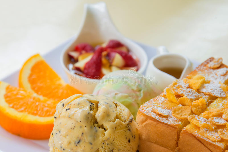 здравица меда с плодоовощ и мороженым на хлебе стоковое фото rf
