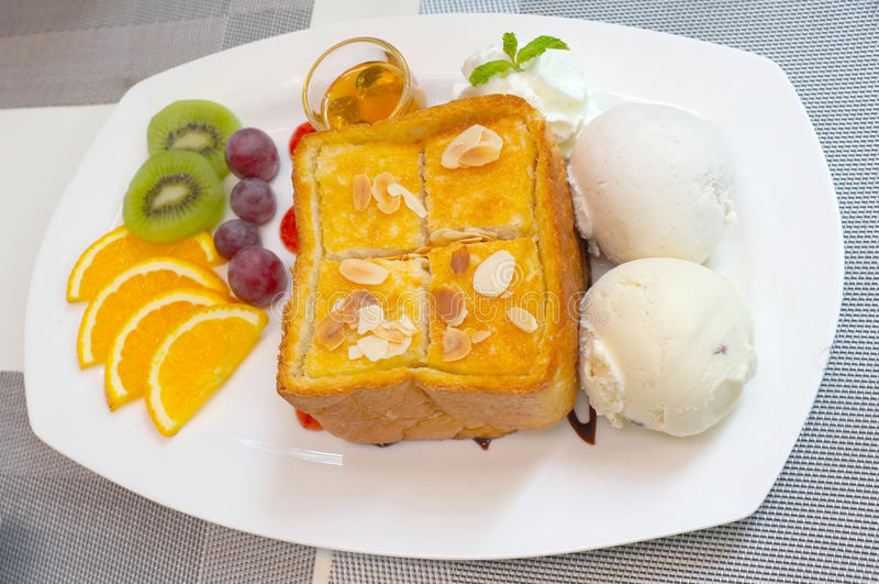 Здравица меда с смешанными плодоовощ и мороженым стоковое изображение rf