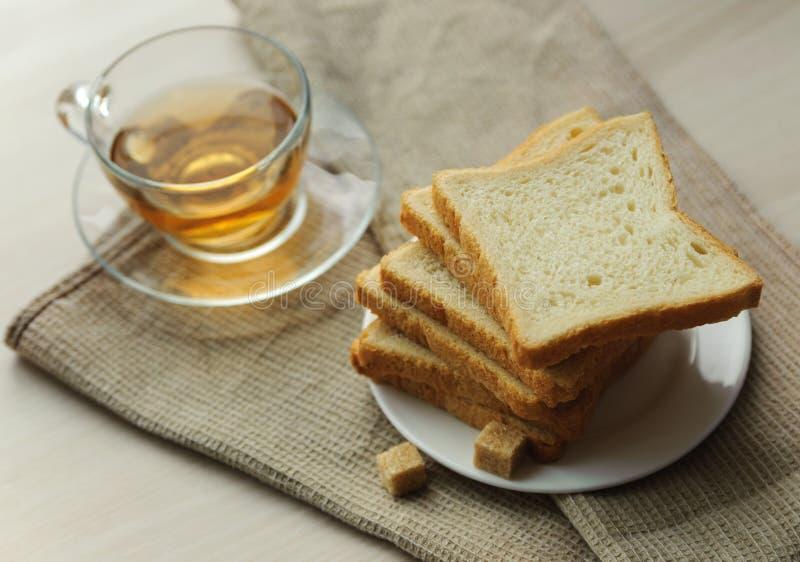 Здравица на поддоннике, кубах сахара и чашке чаю стоковая фотография