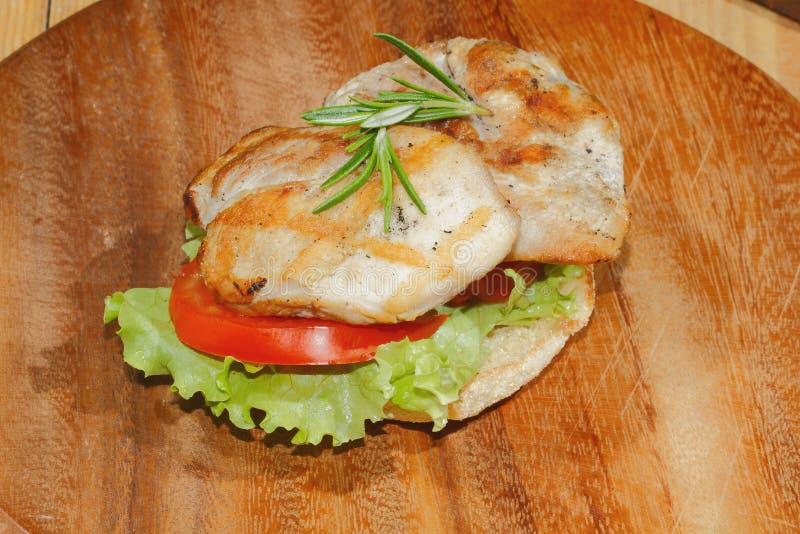 Здравица, хлеб здравицы, зажарила escalope индюка, томат, салат, ro стоковое изображение rf