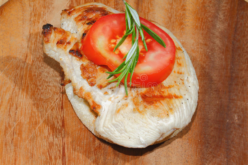 Здравица, хлеб здравицы, зажарила escalope индюка, томат, салат, ro стоковые изображения rf
