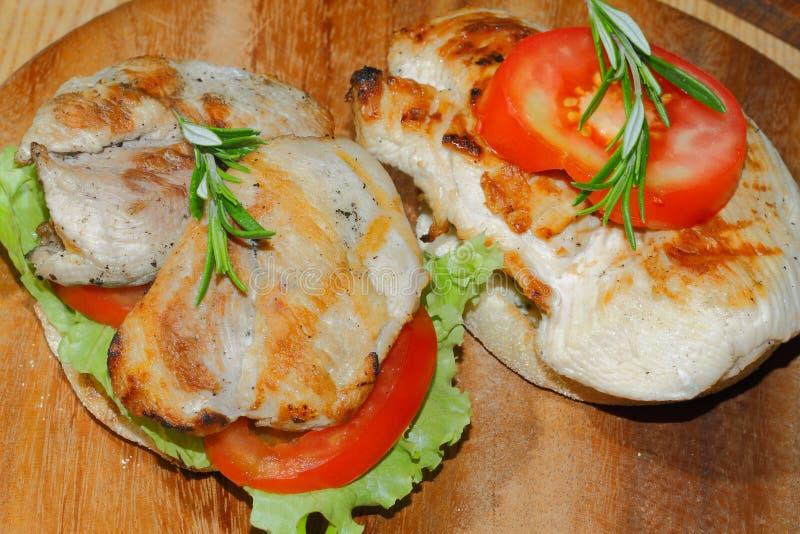 Здравица, хлеб здравицы, зажарила escalope индюка, томат, салат, ro стоковое фото rf