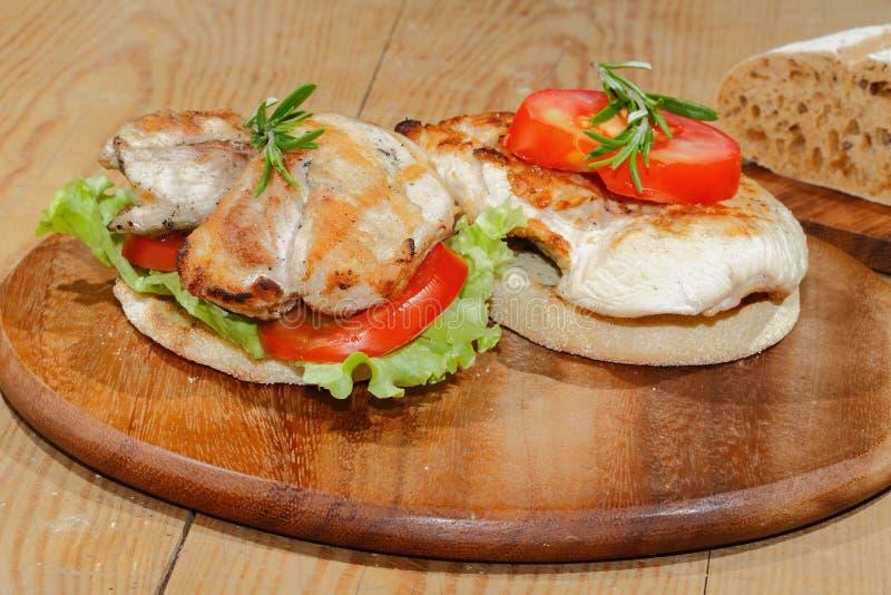 Здравица, хлеб здравицы, зажарила escalope индюка, томат, салат, ro стоковое изображение