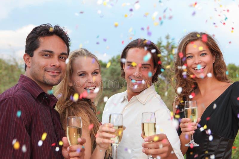 Здравица шампанского группы на партии или свадьбе стоковые фотографии rf