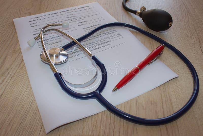 Здравоохранение и медицинская концепция Стетоскоп в офисе докторов стоковая фотография rf