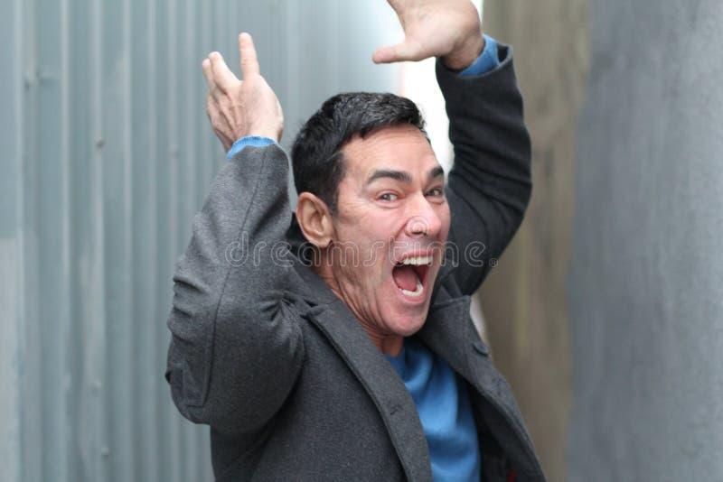 Злющий человек выкрикивает, из управления или умалишённый стоковая фотография