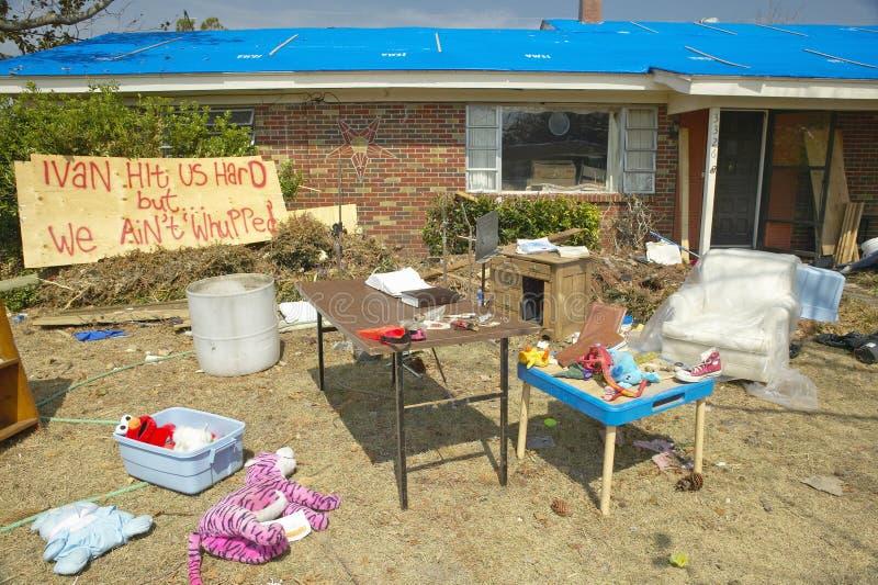 Иван ударило нас трудный знак с твердыми частицами перед домом тяжело ударил ураганом Иваном в Pensacola Флориде стоковые изображения rf
