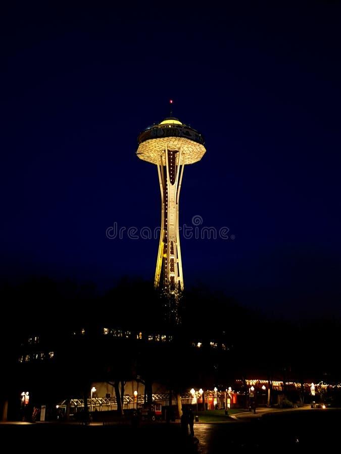 Игла космоса Сиэтл на ноче стоковая фотография