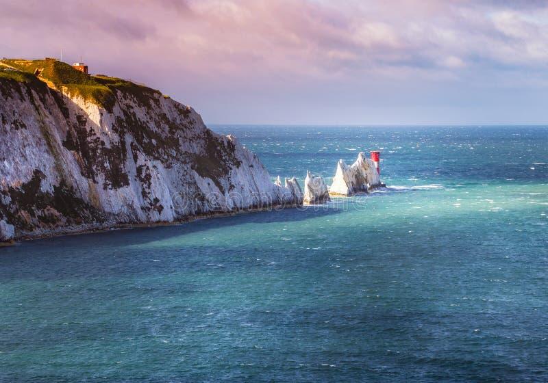Иглы и маяк XIX века на острове Уайт береговой линии стоковая фотография rf