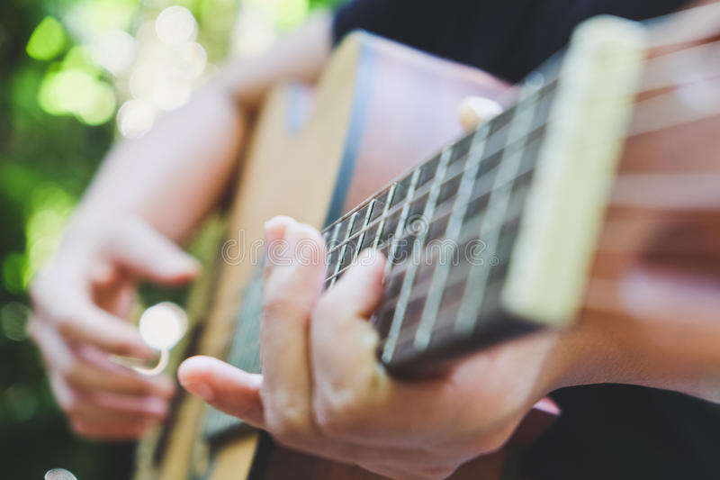 Download играть акустической гитары стоковое фото. изображение насчитывающей зрелищность - 81811078