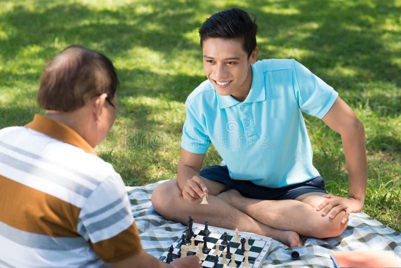 Download Играть в парке стоковое изображение. изображение насчитывающей дед - 33739347
