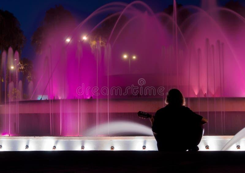 Играть гитару на ноче стоковое изображение rf