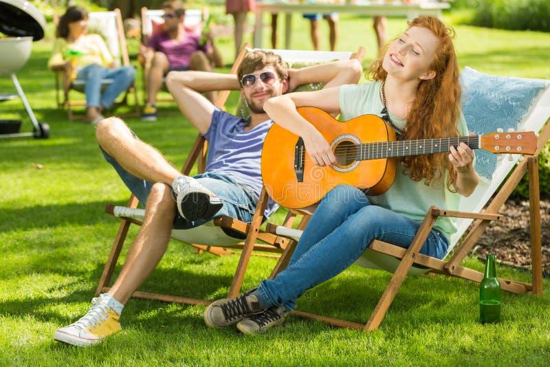 играть гитары девушки стоковые изображения