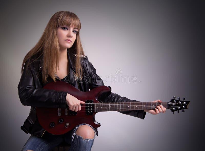 играть гитары девушки стоковая фотография