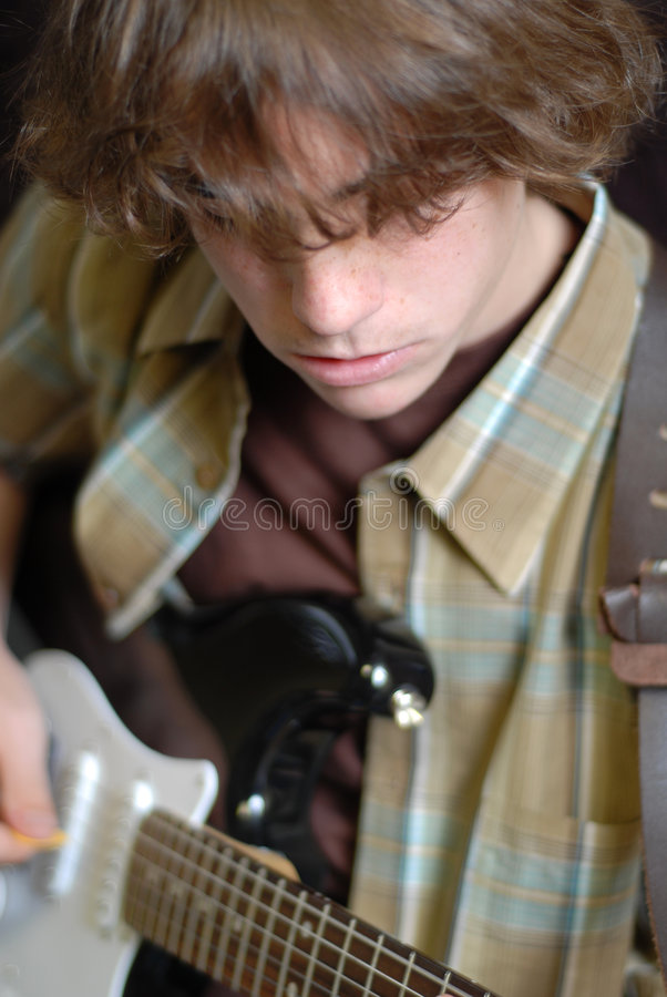 играть гитары мальчика предназначенный для подростков стоковое изображение rf