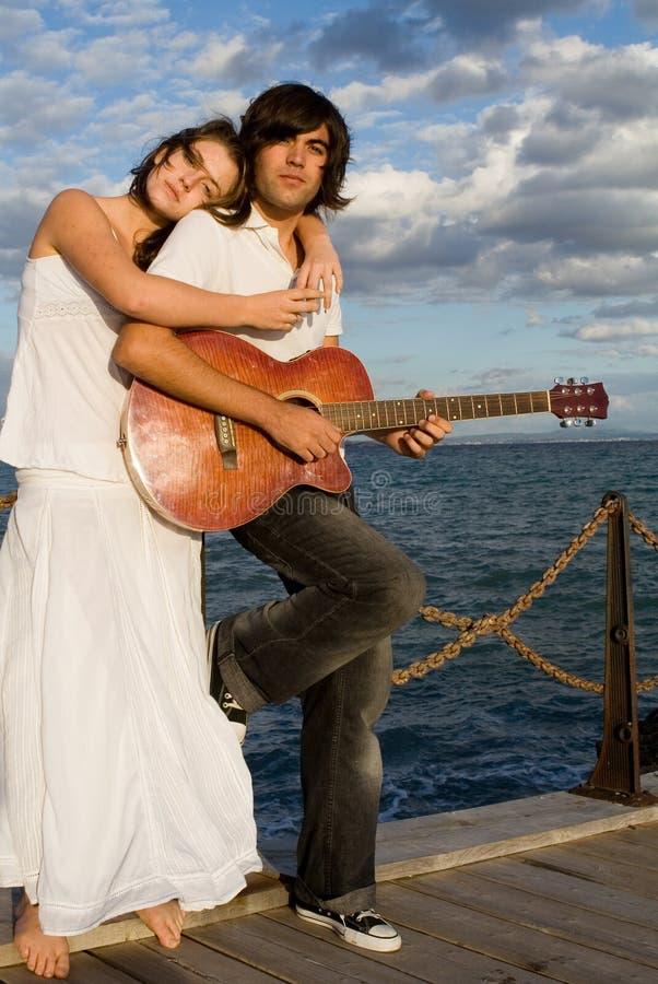 играть гитары пар стоковая фотография rf