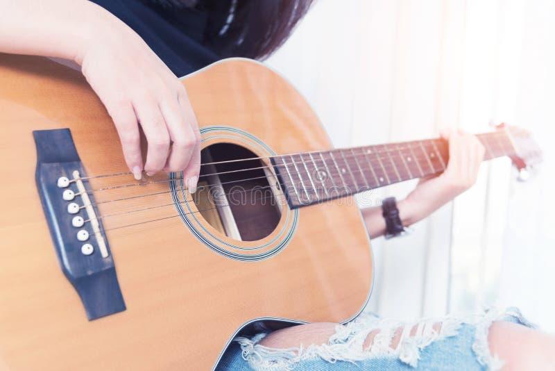 играть гитары Уроки гитары акустическая гитара Ослабьте пока стоковые фотографии rf
