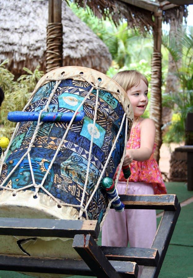 играть девушки барабанчика стоковое изображение rf