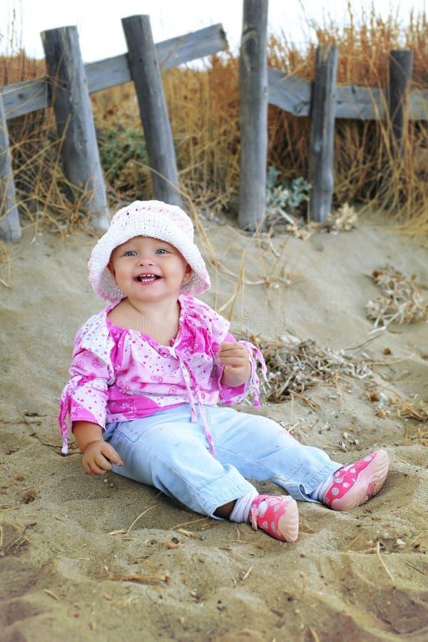 играть девушки пляжа младенца милый стоковое изображение rf