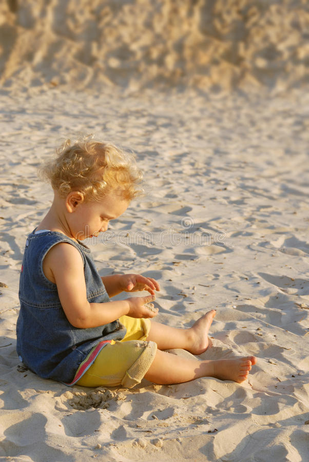 играть девушки пляжа младенца стоковое изображение rf