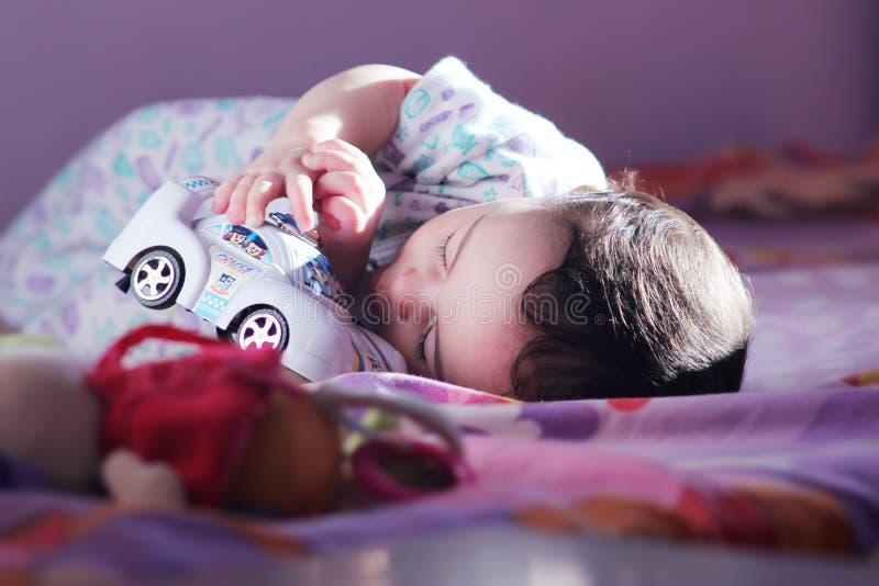 Играть девушки новорожденного стоковое изображение