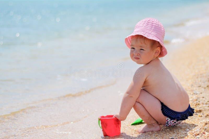 играть девушки пляжа младенца стоковое изображение