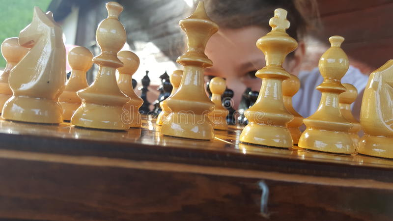 играть девушки шахмат стоковое фото