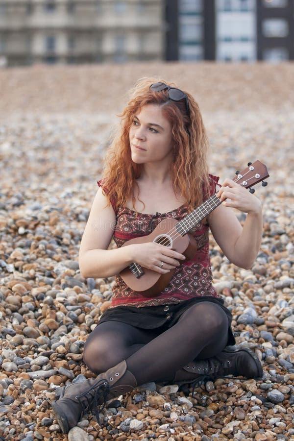 играть женщину ukulele стоковое изображение