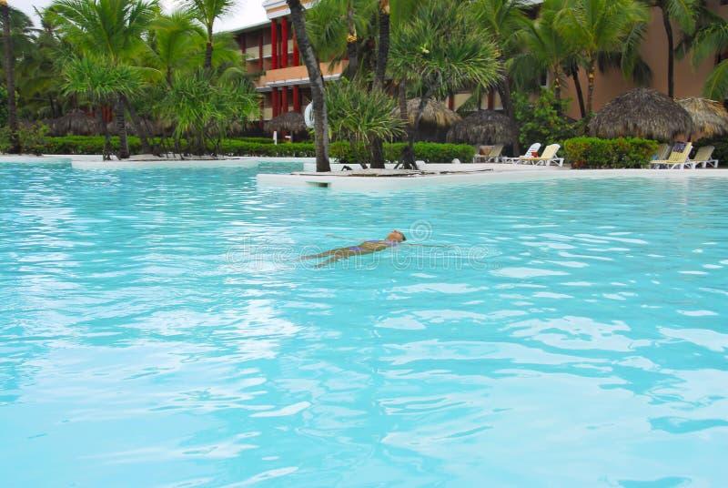 играть заплывание бассеина стоковое фото rf