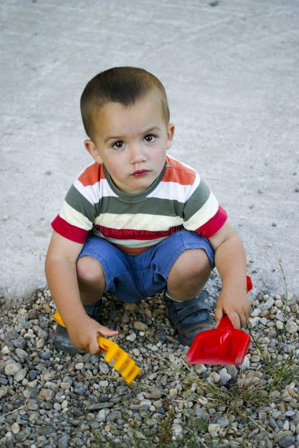играть камушков мальчика стоковая фотография rf